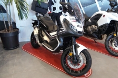 Honda X-ADV Color Blanco Glare Mate en Servihonda Fuengirola.