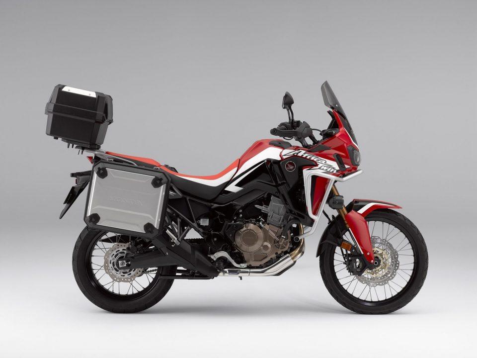 Honda África Twin con pack travel de maletas laterales y baúl opcional.